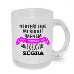 Někteří lidé mi říkají jménem, ale ti nejdůležitější mne oslovují Ségra - Originální dárkový hrnek s potiskem pro sestru